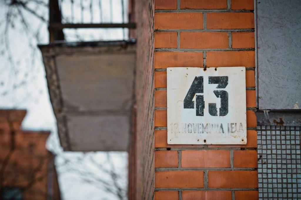 Здание бывшего общежития ЛРЗ на ул. 18 Ноября, 43 в Даугавпилсе. Март 2019 года. Фото: Сергей Соколов
