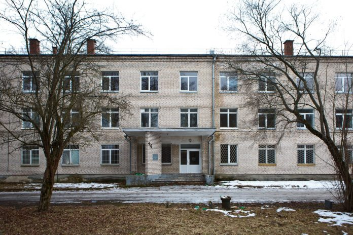 Здание бывшей онкологической больницы в Даугавпилсе (ул. Сигулдас, 24). Март 2019 года. Фото: Сергей Соколов