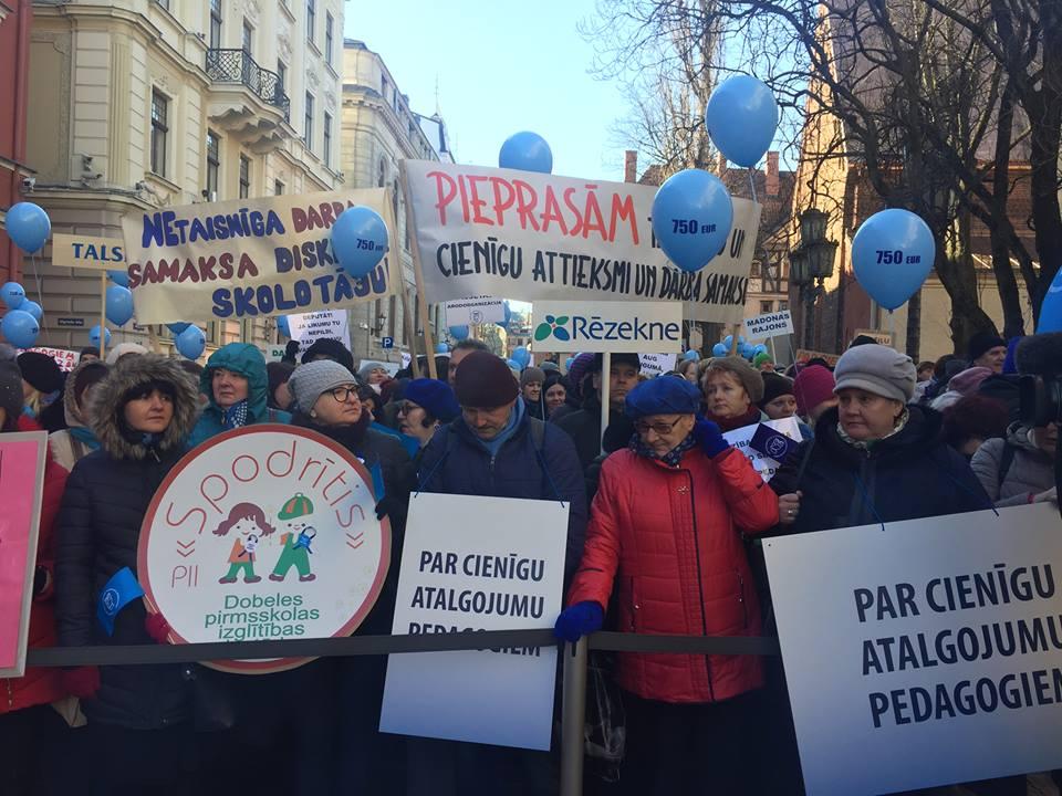 Пикет учителей. Фото взято со страницы Латвийского профсоюза работников образования и науки