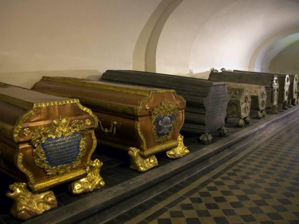 Гробницы курземских герцогов в Елгавском дворце. Фото: visit.jelgava.lv