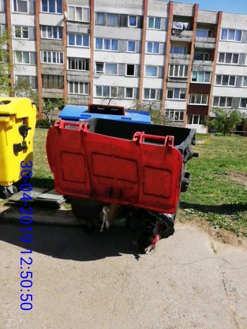 Испорченный мусорный контейнер на ул. 18 Ноября, 195