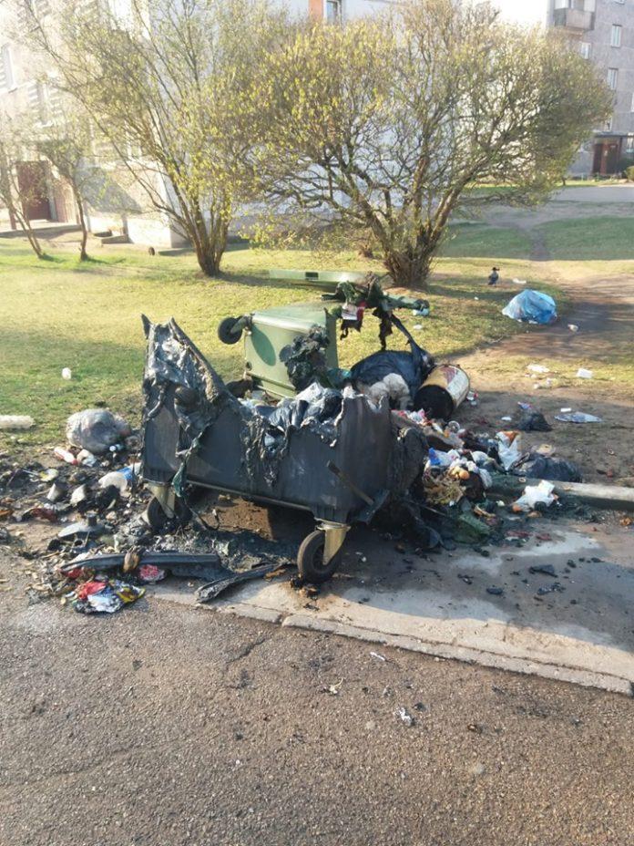 Сожжённый мусорный контейнер в Даугавпилсе на ул. Тарту, 13