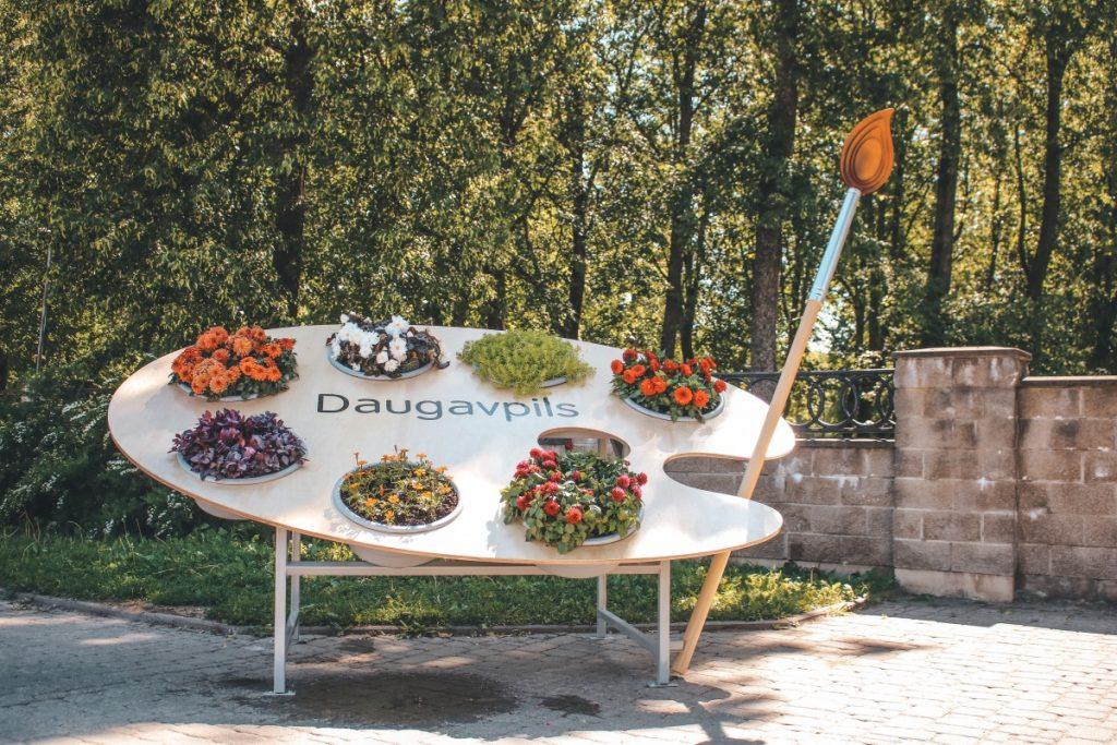Палитра художника у входа в Центральный парк в Даугавпилсе