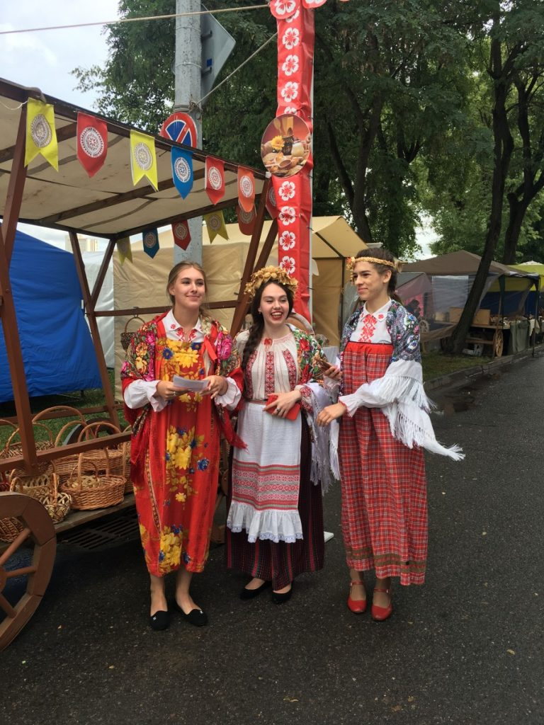 Девушки приглашают посетителей на ярмарку