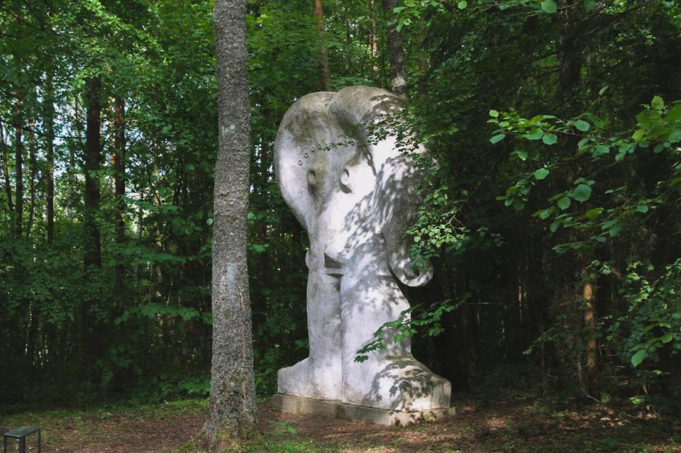 Скульптура Евы среди деревьев в Парке Европы