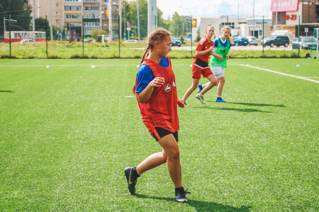 Тренировка даугавпилской женской футбольной команды. Тренер - Денис Сарафанюк
