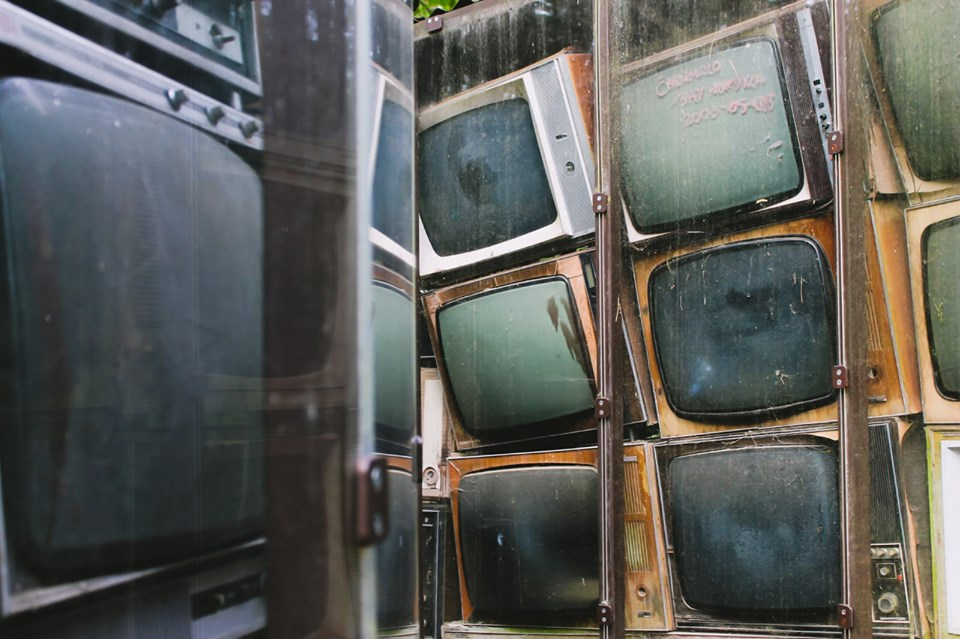 Лабиринт из телевизоров художника Гинтараса Каросаса в Парке Европы