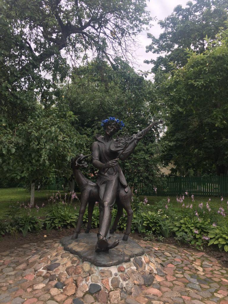 Памятник Шагалу во дворике дома-музея в Витебске