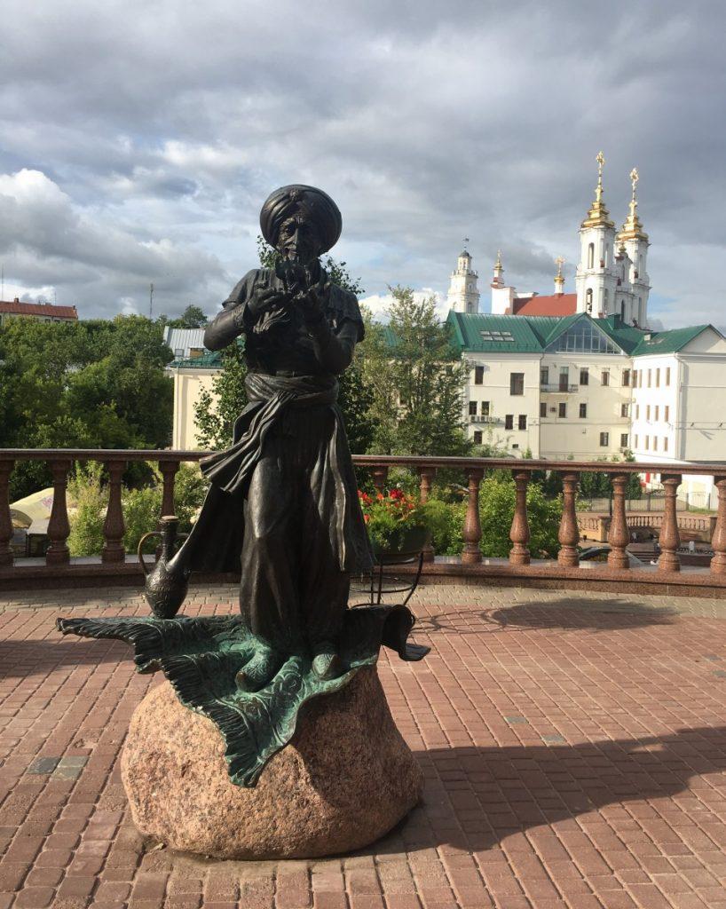 Скульптура старика Хоттабыча в Витебске