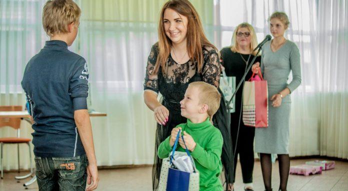 Виктория Споране вручает подарки от