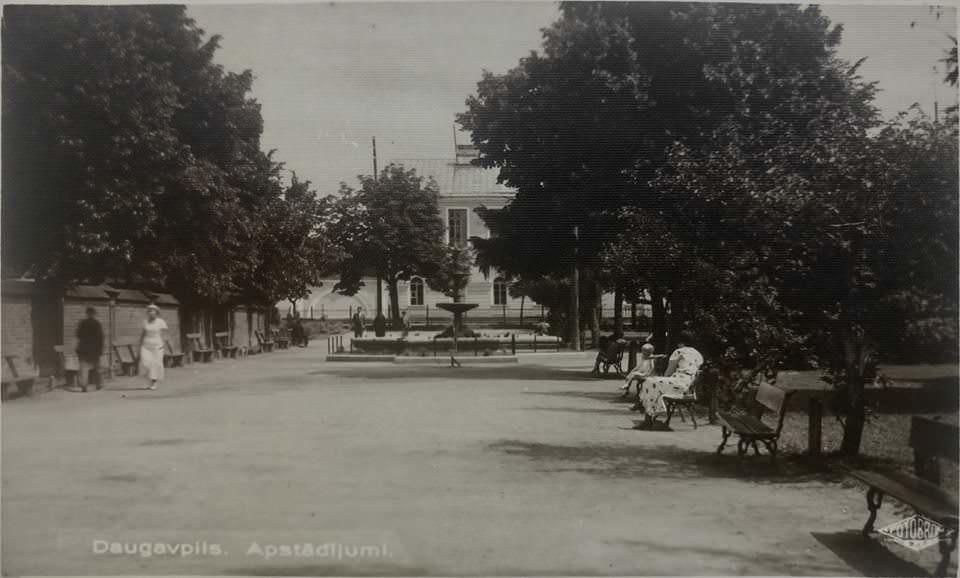 Парк Андрея Пумпура (Тарелочка). Вид в сторону Латышской гимназии. 1934 год или раньше. Фото: Ретро: Даугавпилс - Латвия