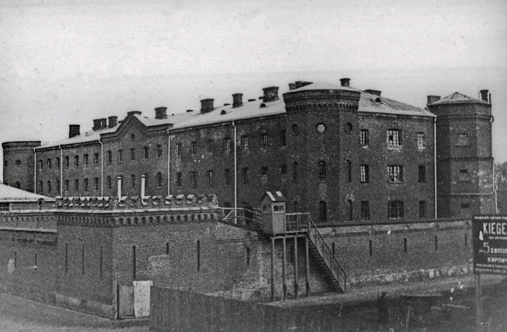 1920-1930 годы. Тюрьма «Белый лебедь». Первоначально тюрьма была из красного кирпича