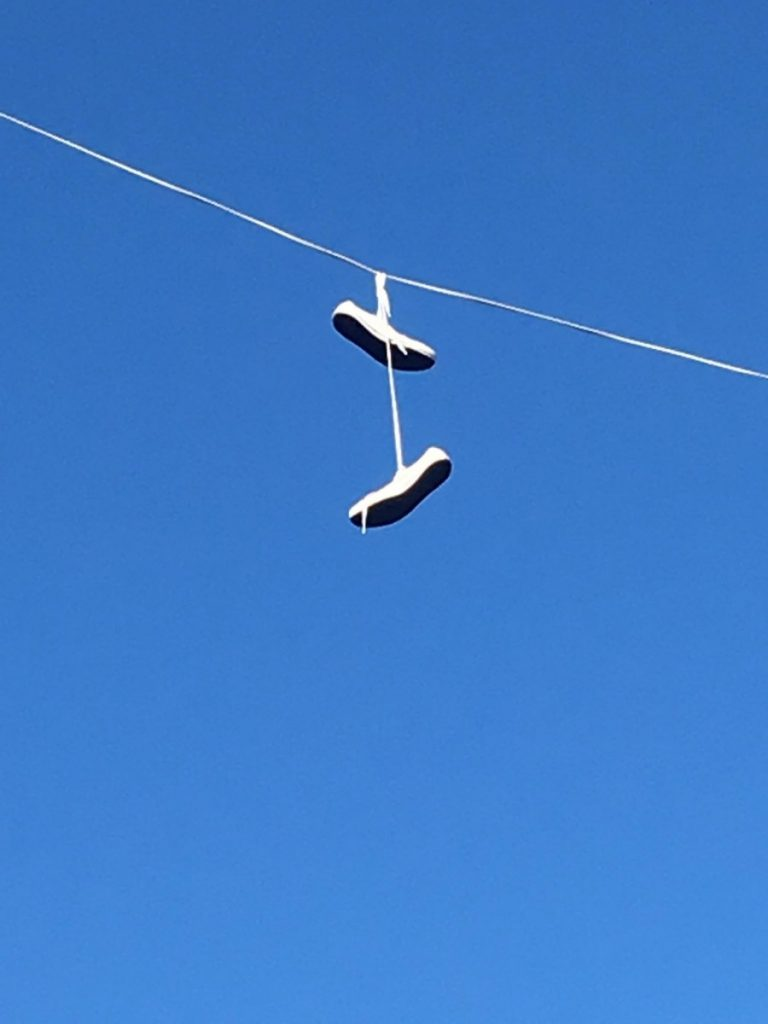 Кроссовки на проводах на ул. Кандавас в Даугавпилсе. 5 августа 2019 года. Фото: Наталия Ринкевич