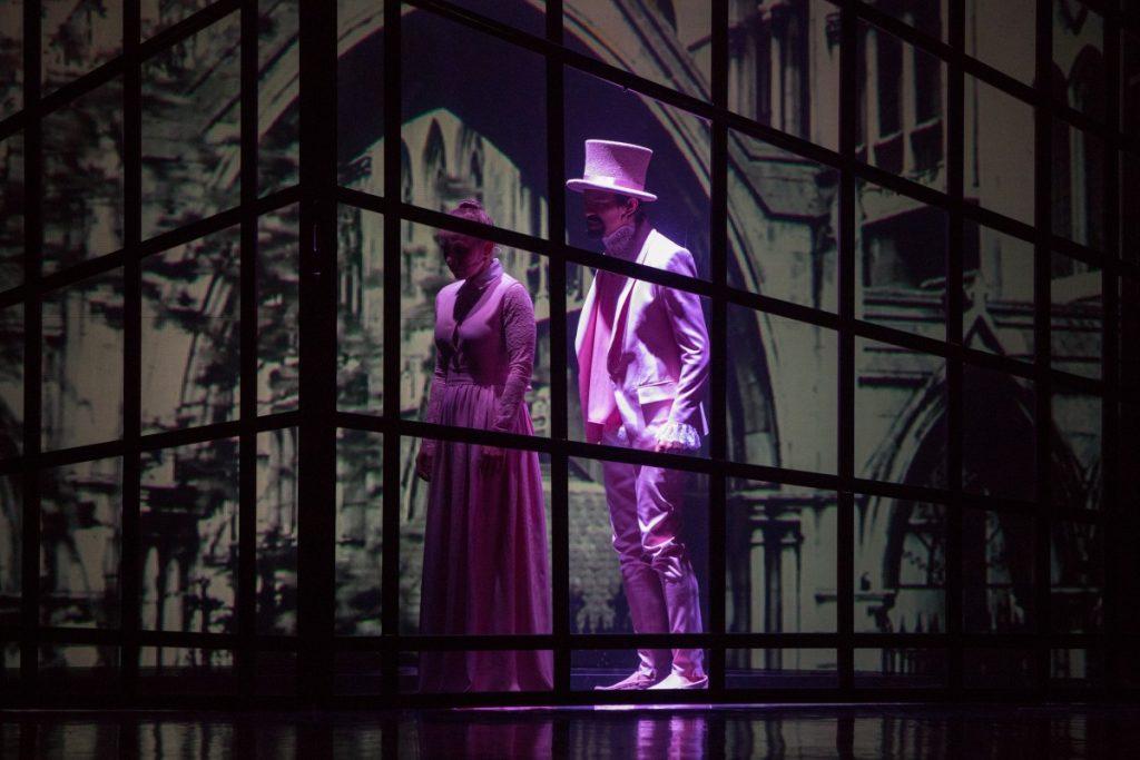 """Сцена из спектакля """"Джейн Эйр"""" в постановке Даугавпилсского театра. Фото: Джейна Саулите"""