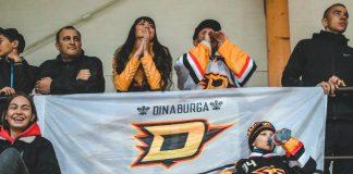 """Болельщики даугавпилсского хоккейного клуба """"Динабург"""". 18 сентября 2019 года, Ледовый дворец в Даугавпилсе. Фото: Настя Гавриленко"""