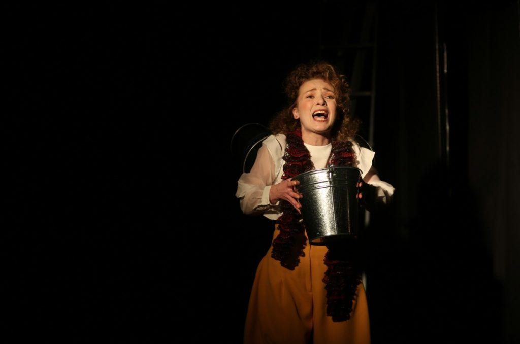 """Сцена из спектакля """"Металлолом"""". Фото: Джейна Саулите"""
