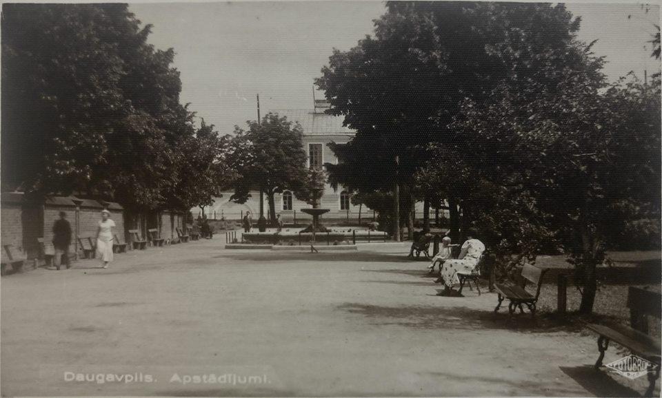 Даугавпилс, вид в сторону гимназии. Старый фонтан. 1930-ые. Фото: Ретро Даугавпилс - Латвия