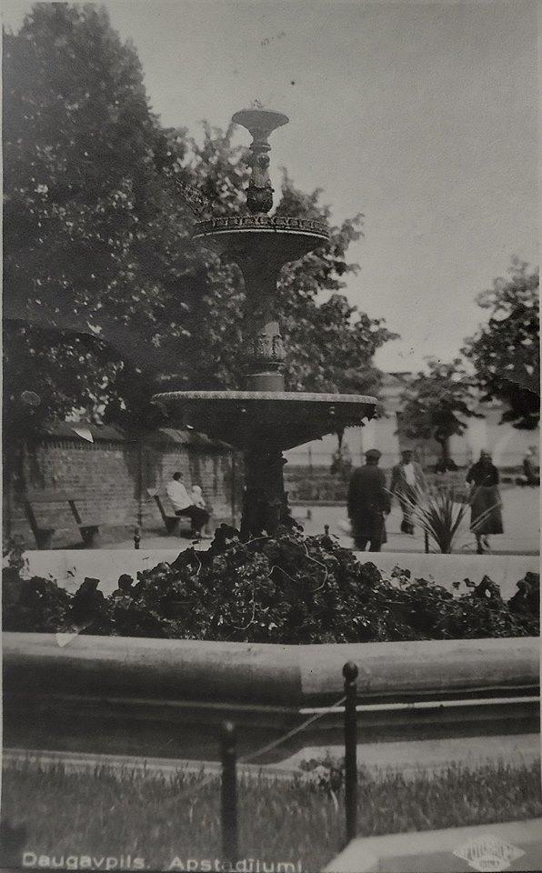 Даугавпилс, старый фонтан в парке Андрея Пумпура. 1920 - 1930-ые. Фото: Ретро Даугавпилс - Латвия