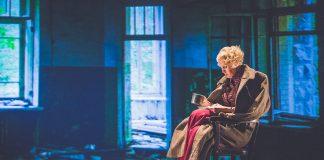 """Сцена из спектакля """"Тёмные аллеи"""". Фото: Джейна Саулите"""