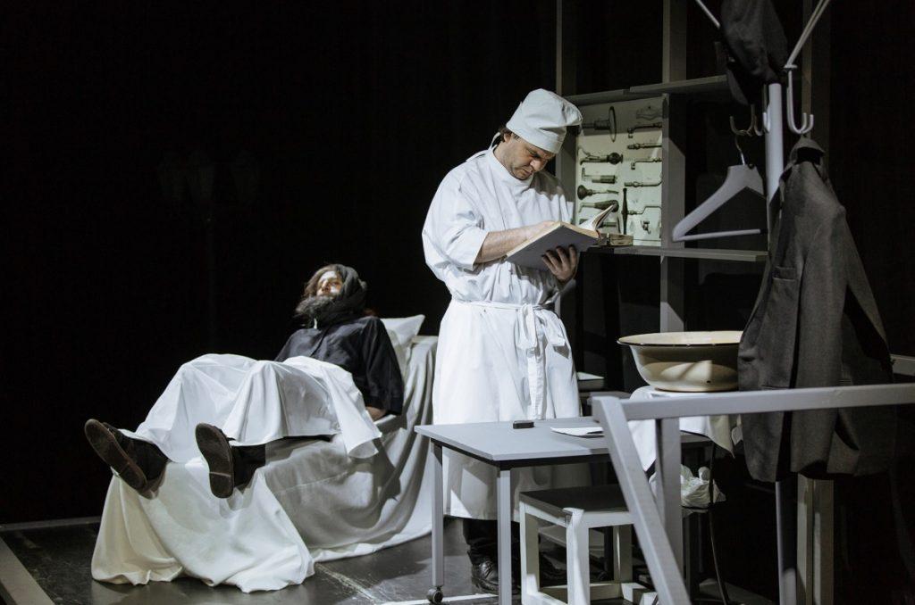 """Сцена из спектакля """"Лаборатория доктора Чехова"""". Фото: Джейна Саулите"""