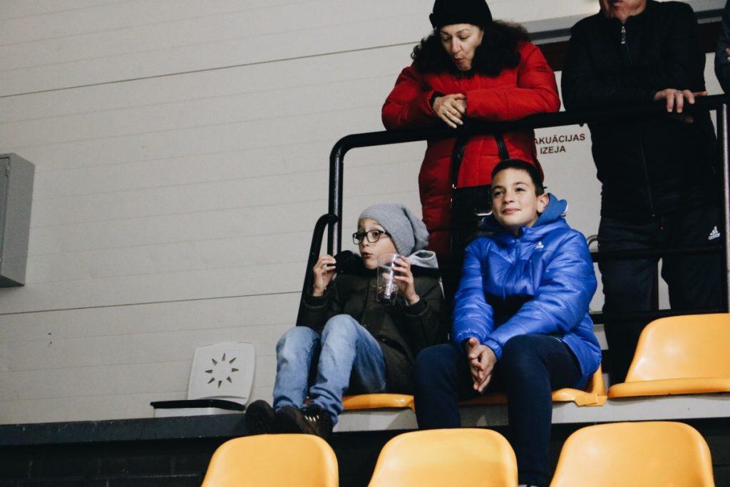 Игра Чемпионата латвийской Высшей лиги по хоккею: ХК «Динабург» против хоккейной школы «Рига». 5 октября 2019 года. Мальчик подобрал шайбу, выброшенную на трибуны во время игры. Фото: Настя Гавриленко