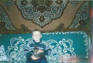 Дайнису Игнатансу пять лет. 1994 год. В гостях у бабушки.