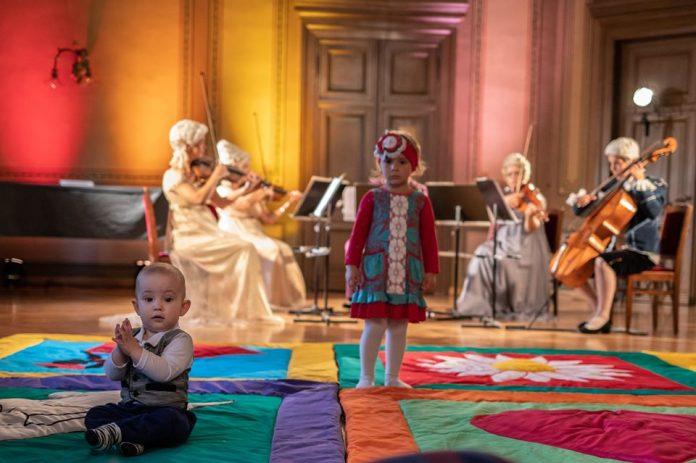 Проект Латвийской оперы Mazulis ausās, mūziku klausās. Фото: opera.lv