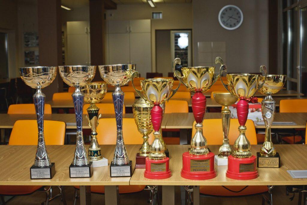 Награды даугавпилсских гиревиков из Строительного техникума. Фото: Сергей Соколов