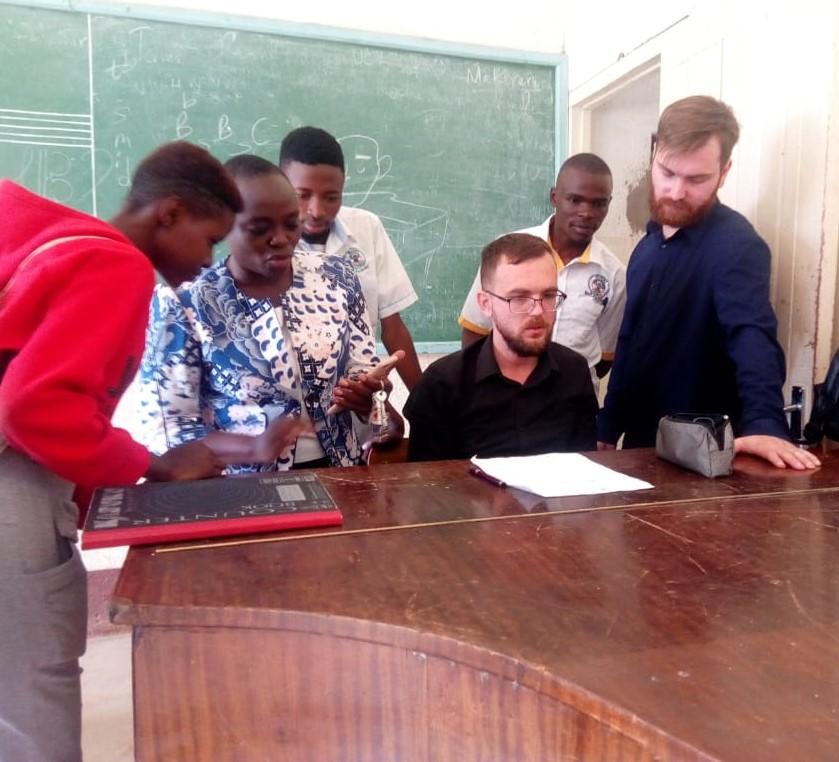 Глеб Беляев со студентами кенийского университета Масено. Фото из личного архива