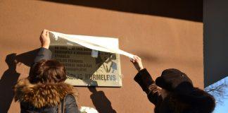 Дочь и вдова Аркадия Курмелёва открывают памятную доску. Даугавпилс, 3 января 2020 года