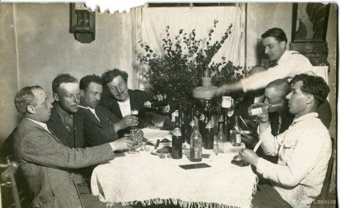 Мужчины дегустируют латвийскую водку и экспортное пиво Pilzenes. 1900-ые годы. Фото: zudusilatvija.lv
