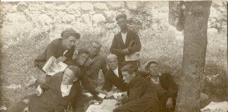 Група неизвестных мужчин играет в карты [19-- год]. Фото: ZudusiLatvija.lv