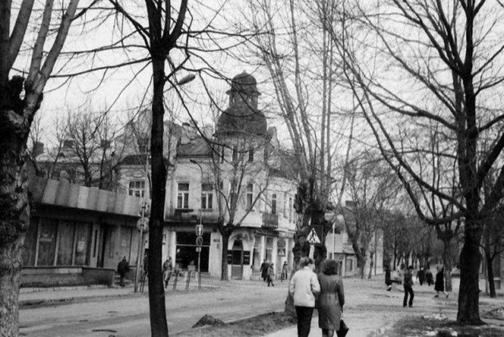 "Магазин игрушек. Через дорогу – кафе ""Авотиньш"". 1970-1980 годы. Фото: Ретро Даугавпилс - Латвия"
