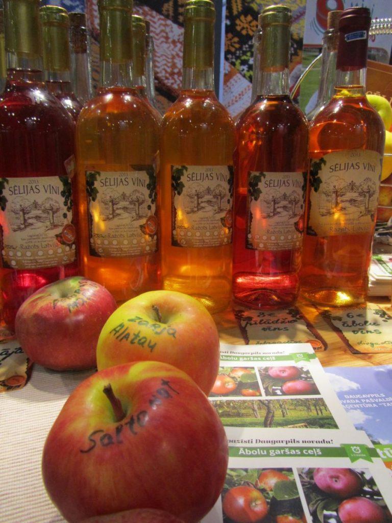 Домашнее яблочное вино можно заказать на сайте razotsdaugavpilsnovada.lv