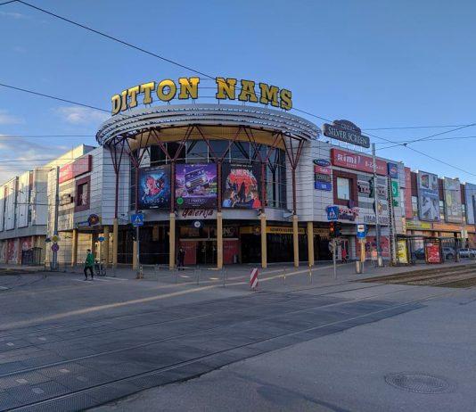 """Торговый центр """"Диттон намс"""" в Даугавпилсе. 20 марта 2020 года. Фото: Евгений Ратков"""