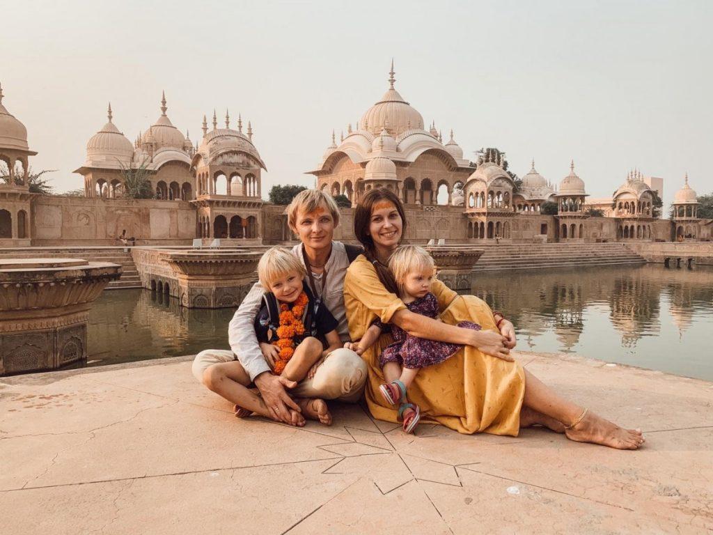 Александра, которая не успела вернуться из Индии, с семьёй