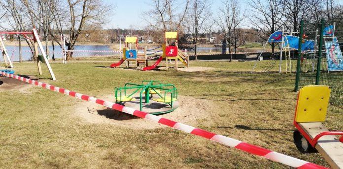 Детская площадка у озера Губище в Даугавпилсе. 26 марта 2020 года. Фото: Инна Плавока