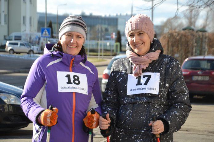 Солвита (слева) приехала на фестиваль из Прейли. Её подруга Скайдрите - из Даугавпилса. Фестиваль скандинавской ходьбы в Даугавпилсе. 29 февраля 2020 года. Фото: Chayka.lv