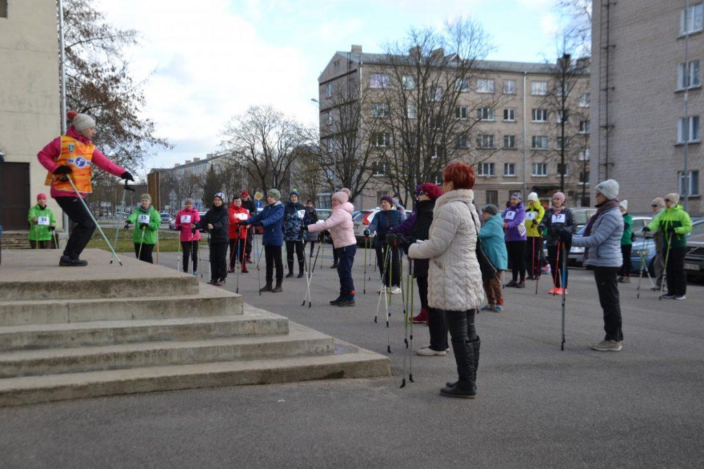 Разминка. Фестиваль скандинавской ходьбы в Даугавпилсе. 29 февраля 2020 года. Фото: Chayka.lv