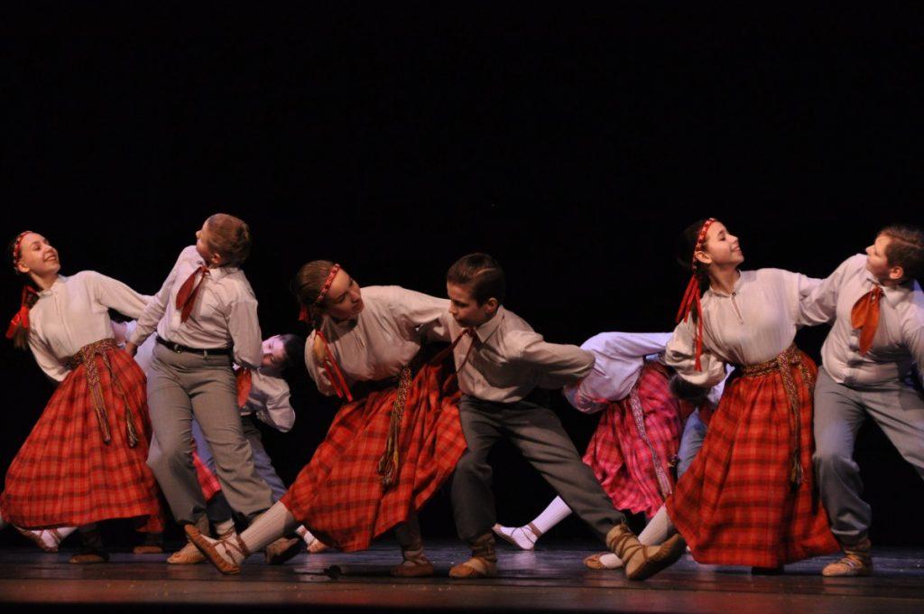 На сцене средняя группа (5-9 классы) коллектива «Кукулечка». Фото: Эгита Терезе Йонане