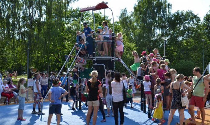 Открытие детской площадки в Центральном парке Даугавпилса. 1 июня 2016 года. Фото: Елена Иванцова