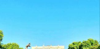 Андрис Лиепа на фоне оперного театра им. А.Навои в Ташкенте. Фото из личного архива Андриса