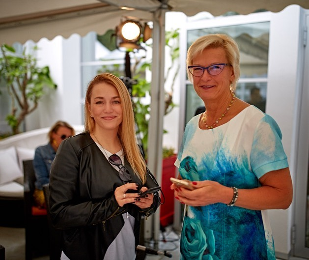 Ольга Соловьёва и Элита Милграве  Фото: Laima Voice