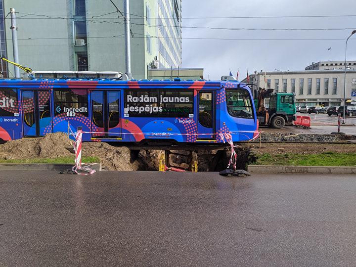 Ремонт трамвайных путей на улице Парадес в Даугавпилсе. 20 мая 2020 года. Фото: Евгений Ратков