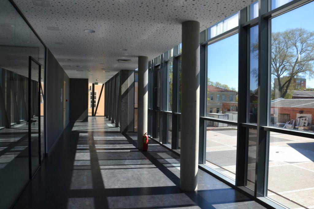"""Школа """"Саулес"""" в Даугавпилсе. Переход из старого корпуса в новый. 8 мая 2020 года. Фото: Елена Иванцова"""