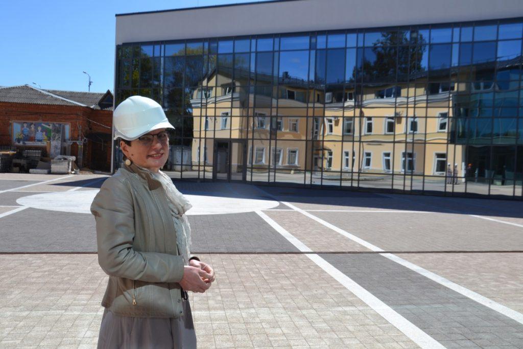 "Директор Школы ""Саулес"" Ингуна Кокина во дворе нового здания школы. 8 мая 2020 года. Фото: Елена Иванцова"