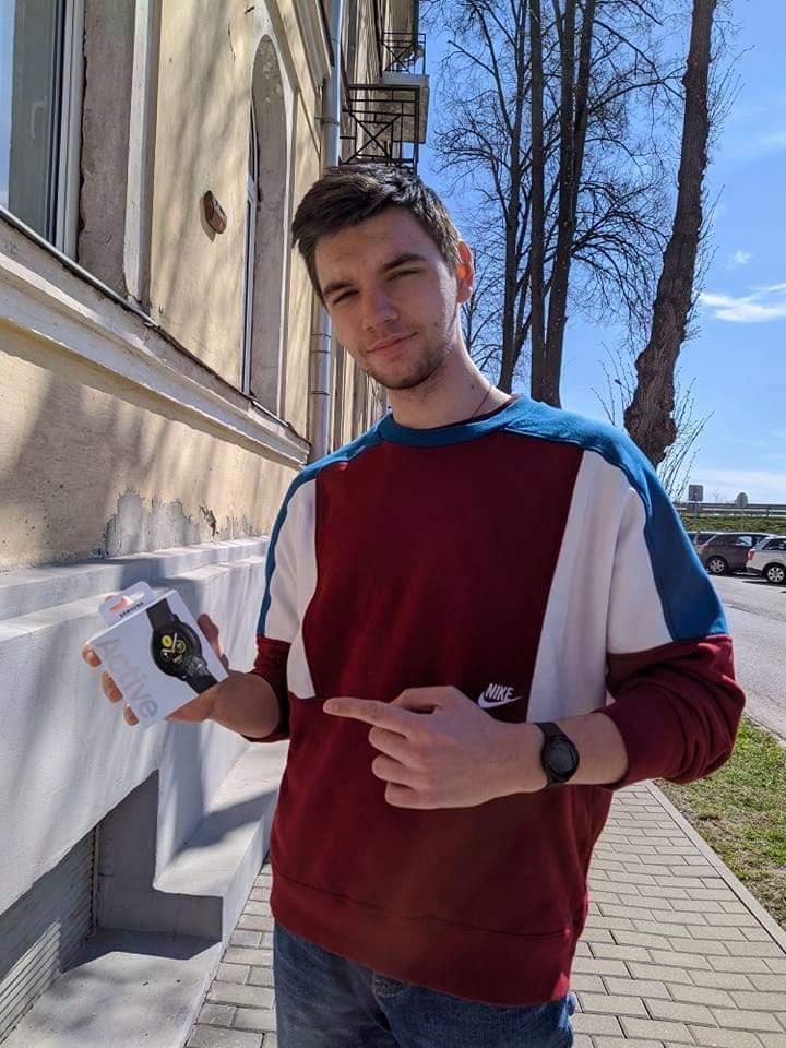 Сергей Соколов с призом за втрое место в конкурсе Media Lab #StayAtHome - часами Samsung Galaxy Watch Active