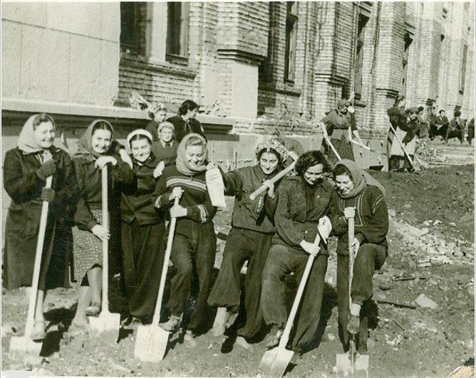 Студенты на строительстве старого корпуса Даугавпилсского университета. 1950-ые годы. Фото из фондов музея Даугавпилсского университета