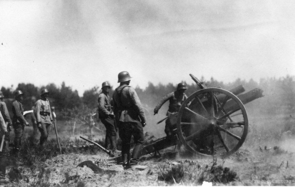 Артиллеристы Латвийской Армии на учениях, 1920-е годы. Фото www.zudusilatvija.lv