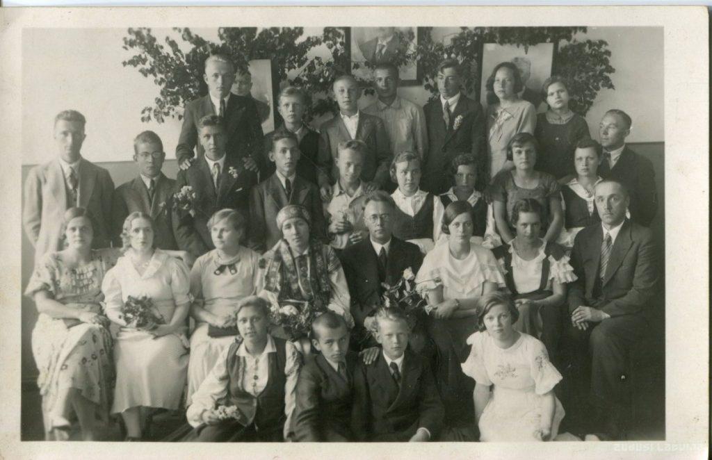 Выпускной в рижской 35 основной школе, 1936 год. Фото: www.zudusilatvija.lv